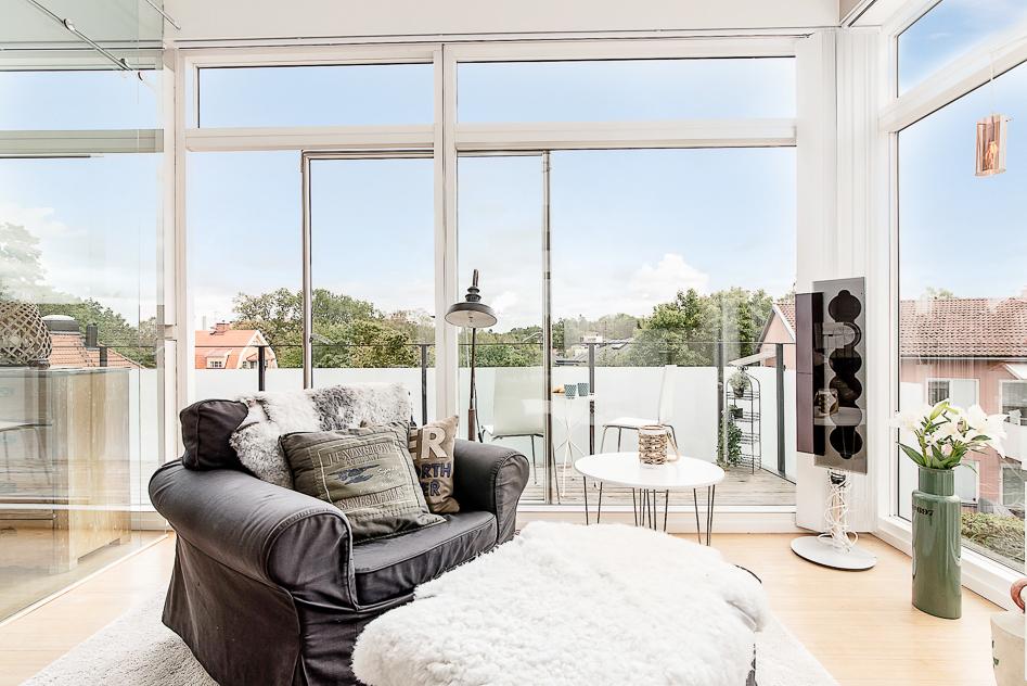 Sovrum med stora fönsterpartier