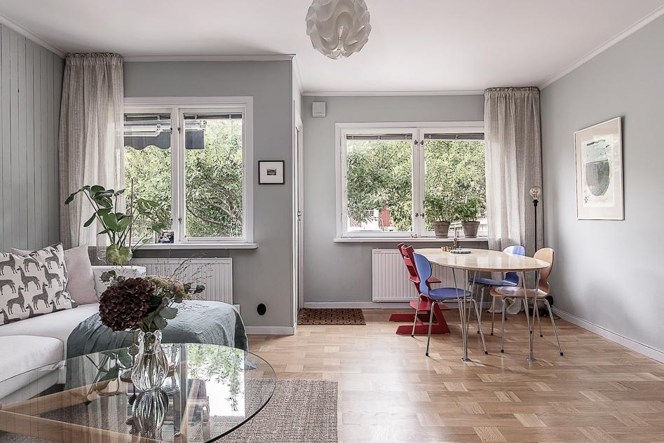 Vardagsrum i mild färgsättning och fin parkett