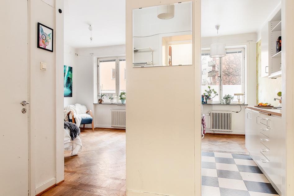 Hall med glimt av kök och vardagsrum