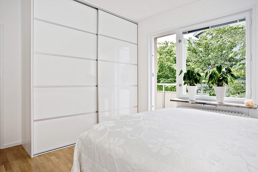 Sovrum med stor dubbelgarderob