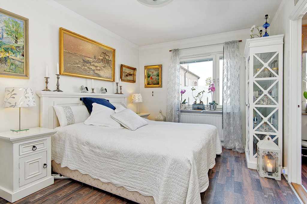 Rymligt sovrum med tre inbyggda garderober