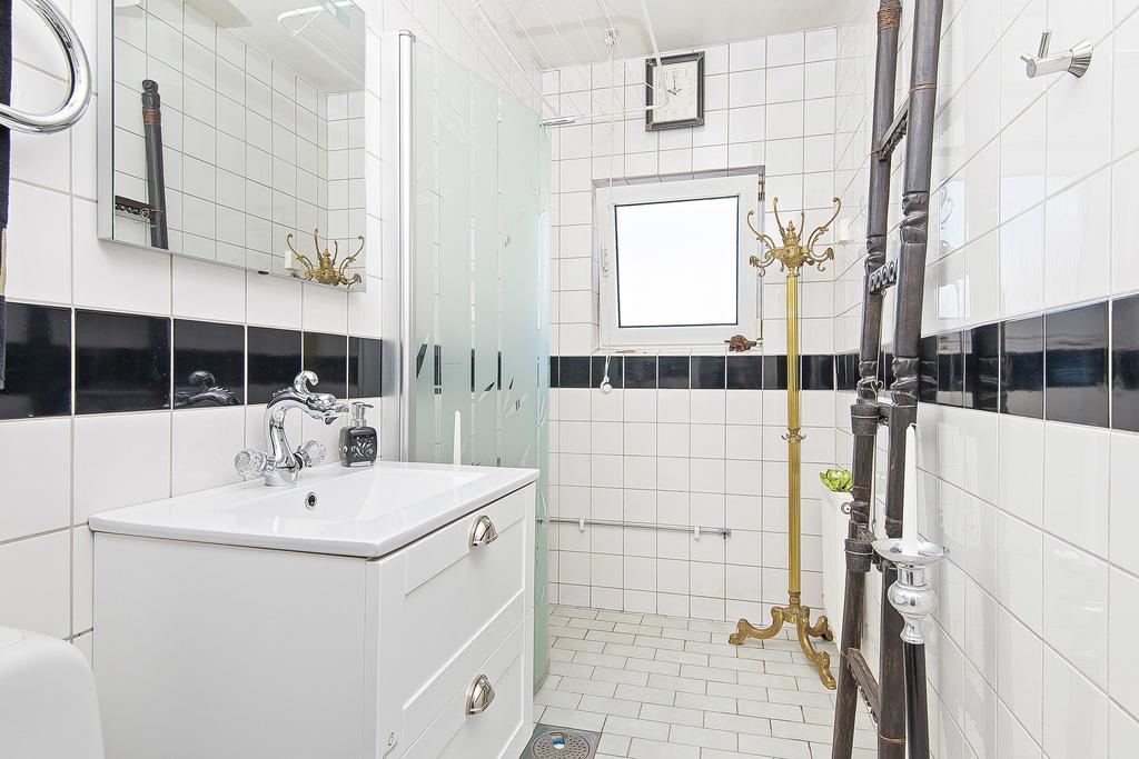 Helkaklat badrum med duschhhörna