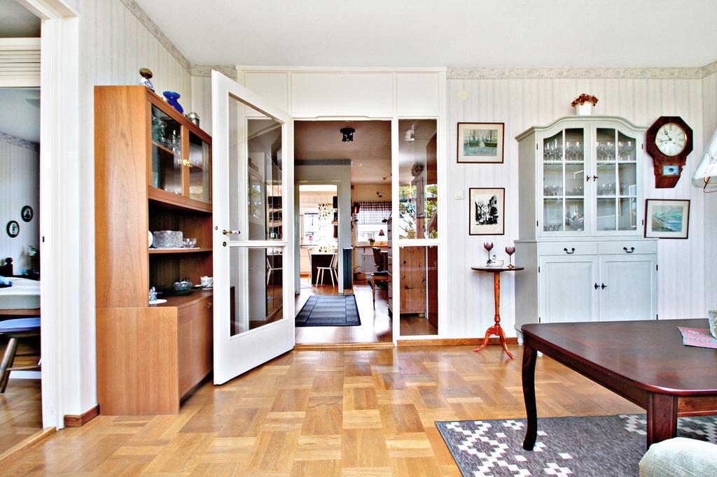 Tidtypisk glasdörr mellan vardagsrum och hall