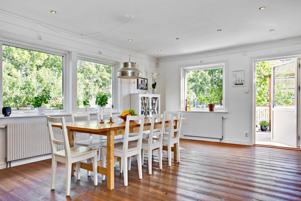Generös matsal med plats för stora matbordet och familj och gäster