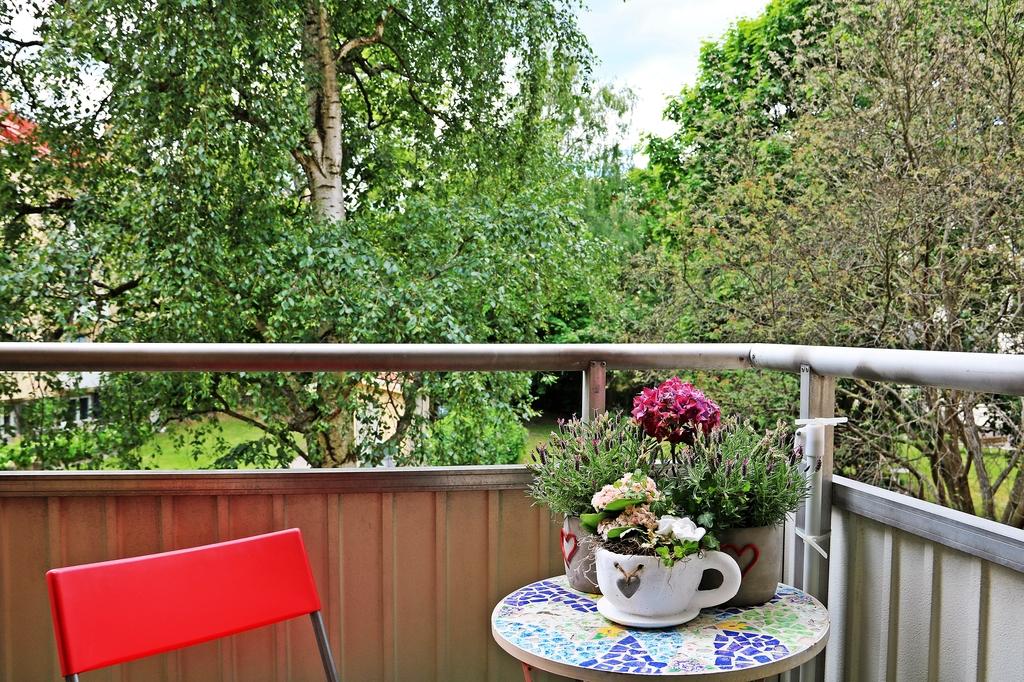 Balkong med grönska utanför