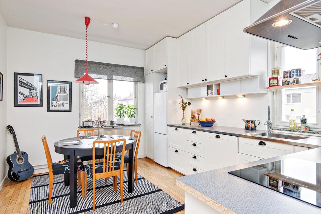 Stort kök med fönster i två väderstreck