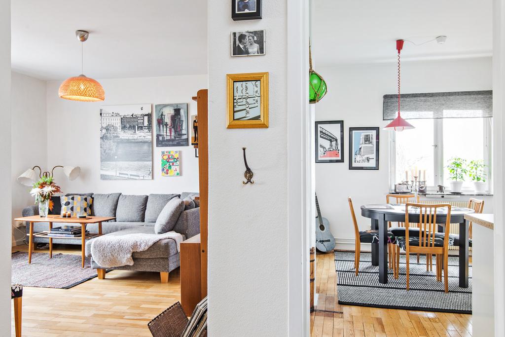 Vardagsrum och kök sett från hall