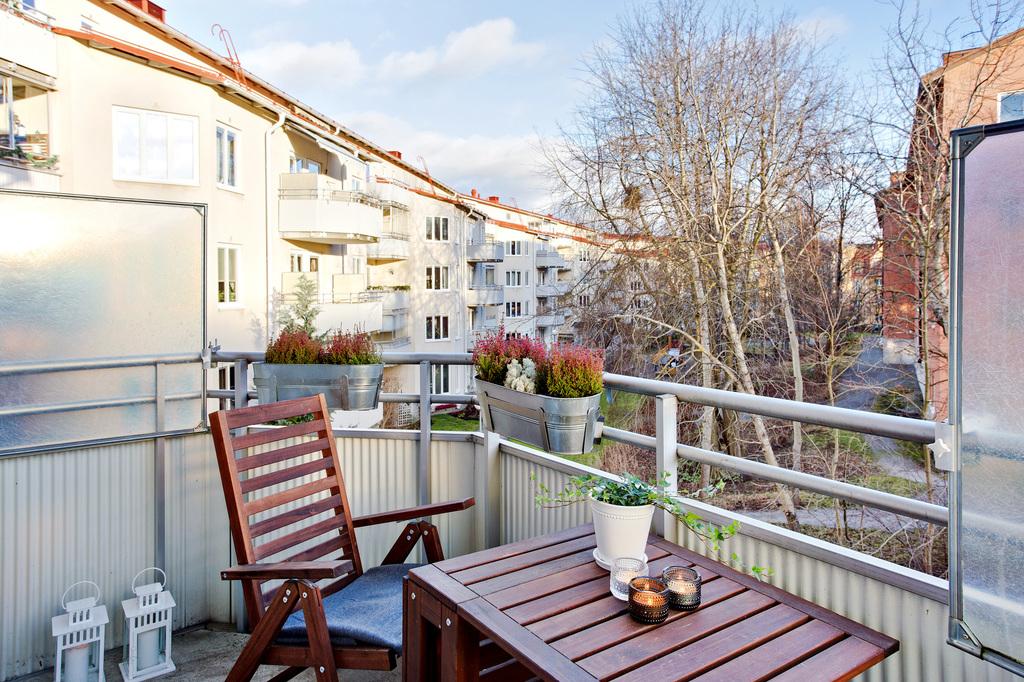 Balkongen har ett fritt läge med utsikt mot innergård och natur