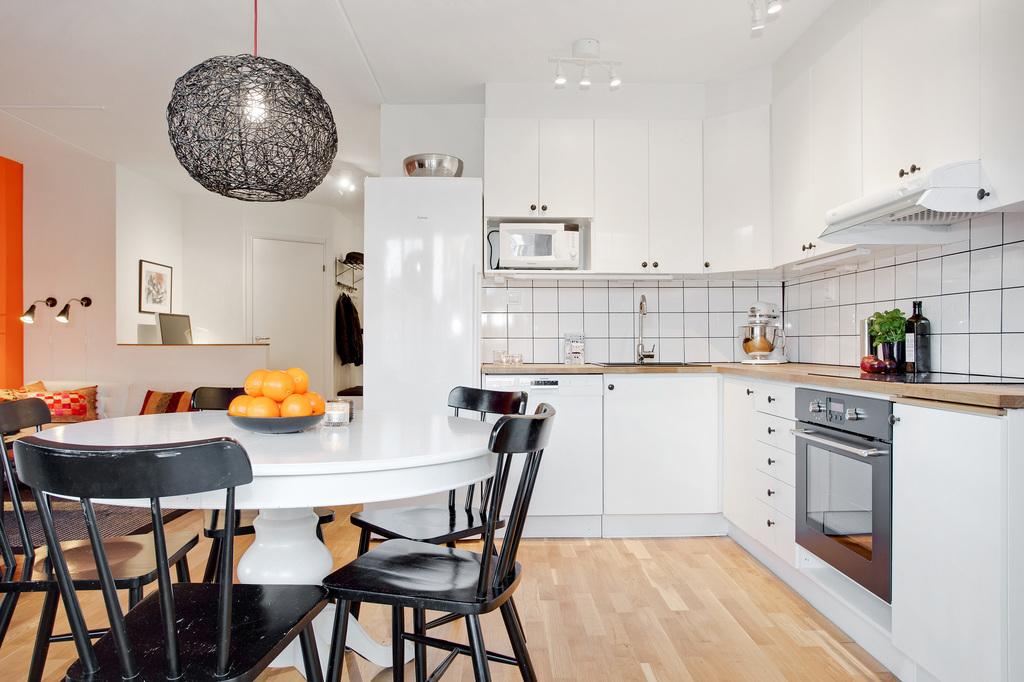 Bra planerat kök med öppen planlösning mot vardagsrum