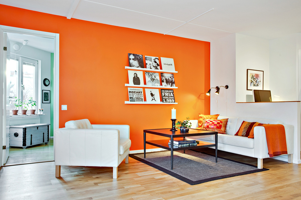 Vardagsrum med glimt in i sovrum och mot arbetsplats