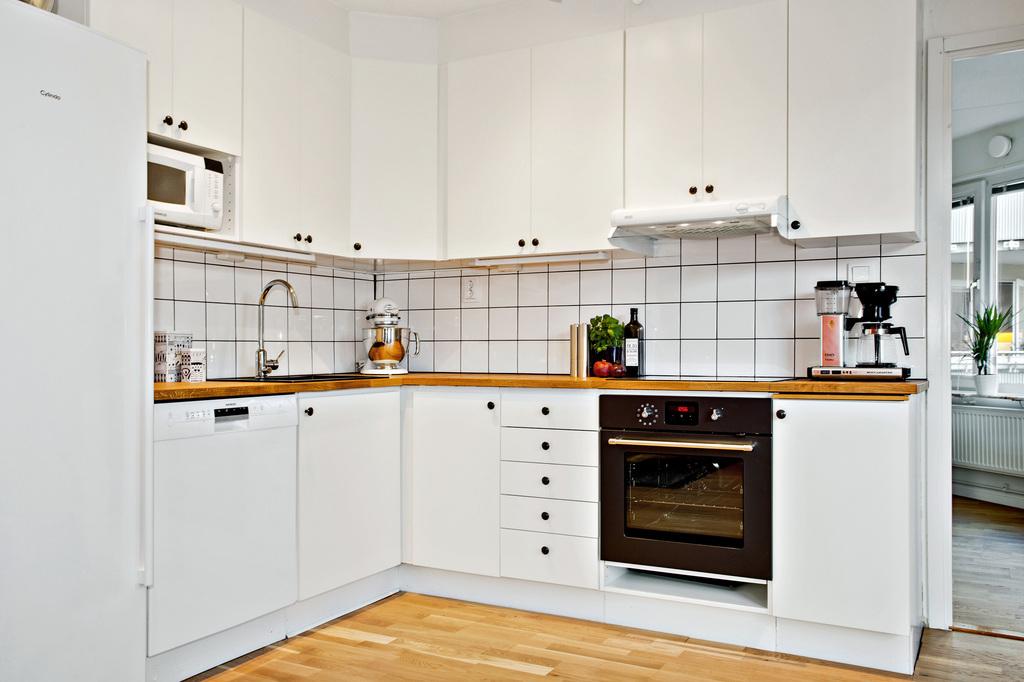 Stilrent kök med glimt in i sovrum
