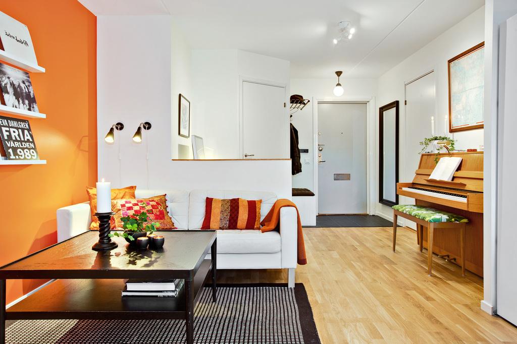 Vardagsrum med vy mot hall och entré