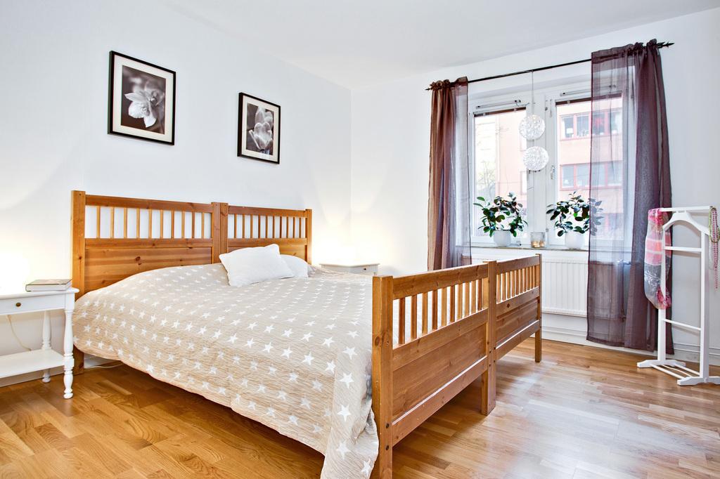 Stort sovrum med ekparkett