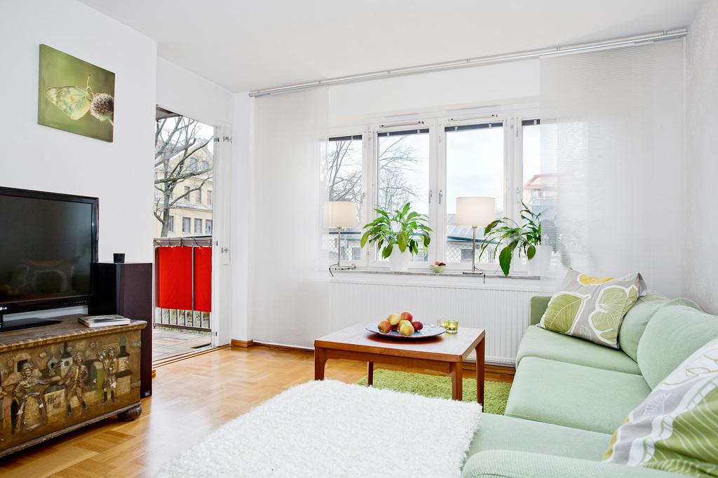 Ljust vardagsrum med utgång till balkongen
