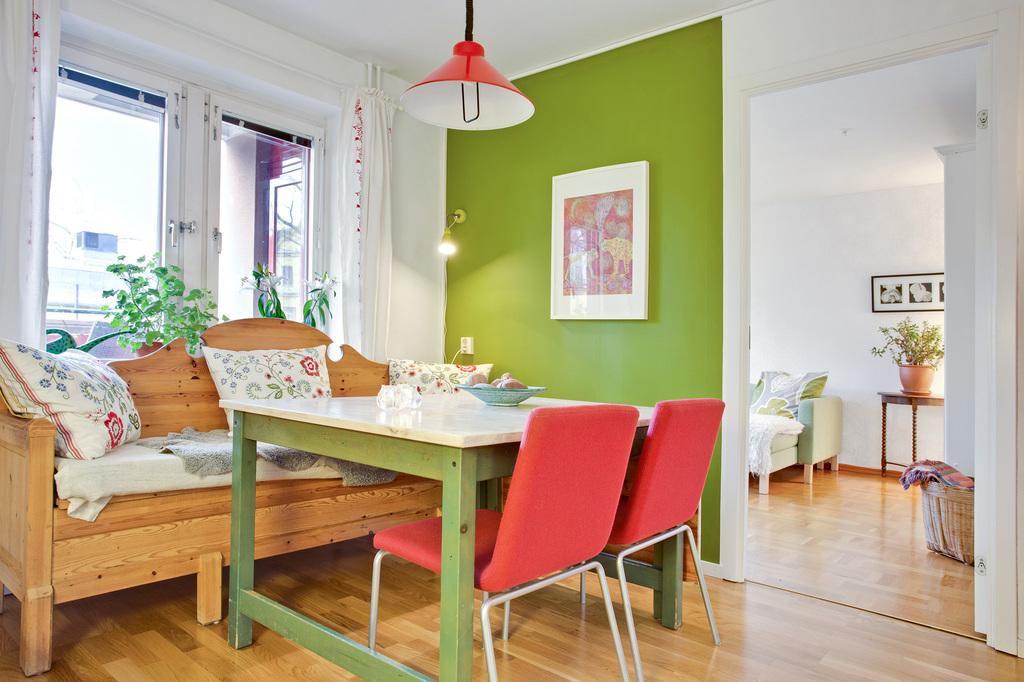 Trevligt kök där stort köksbord får plats