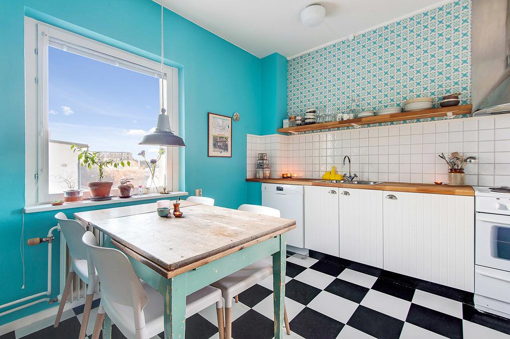 Kök med plats för större matbord och med fin utsikt