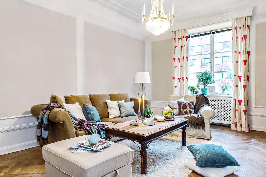 Vardagsrum med spröjsat fönster och vackra stuckaturer