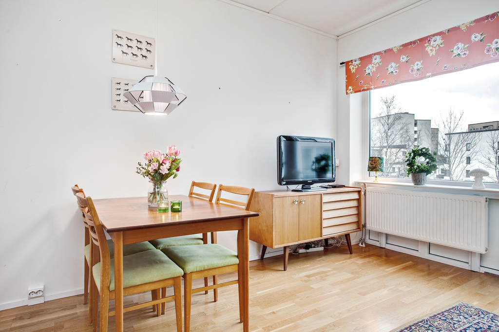 Plats för stort matbord i vardagsrummet