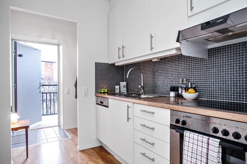 Kök och med hall i bakgrunden