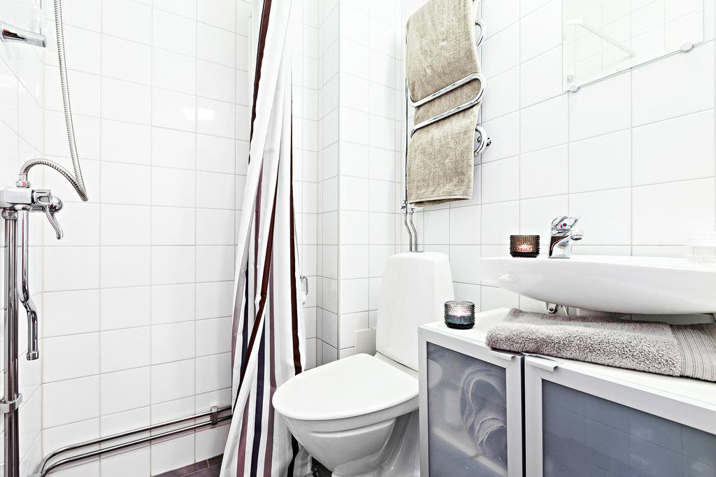 Snyggt helkaklat badrum