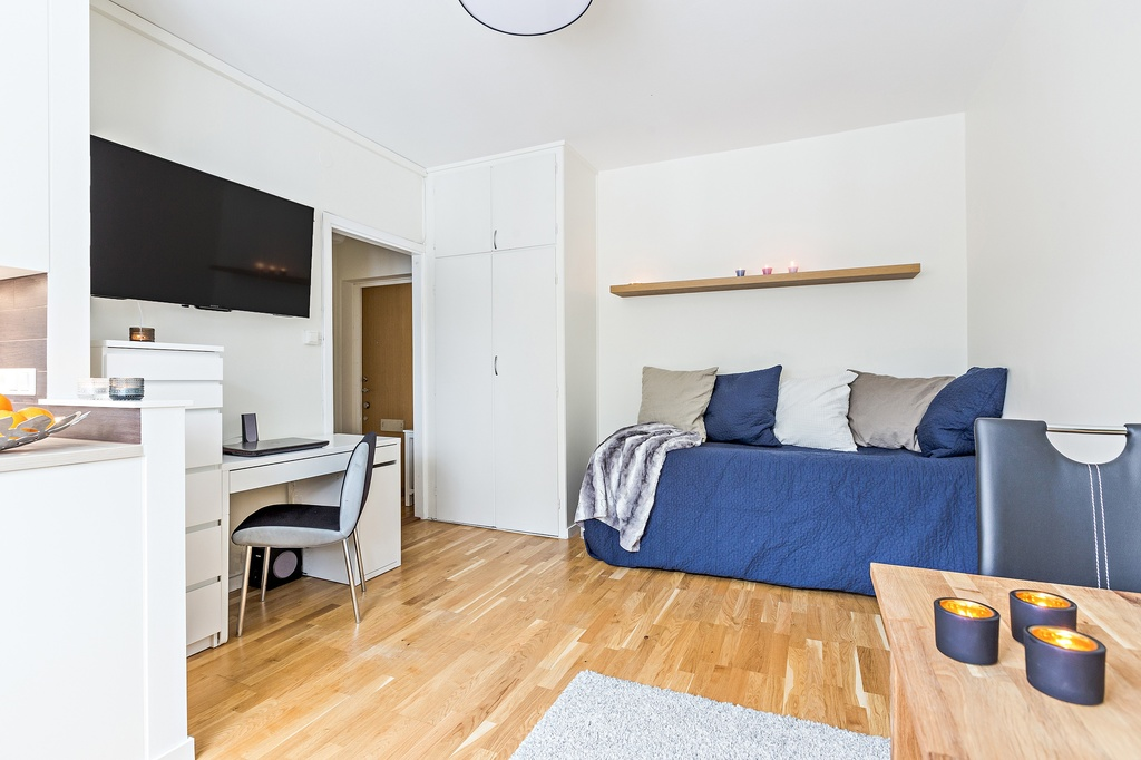 Välplanerat rum med två inbyggda garderober