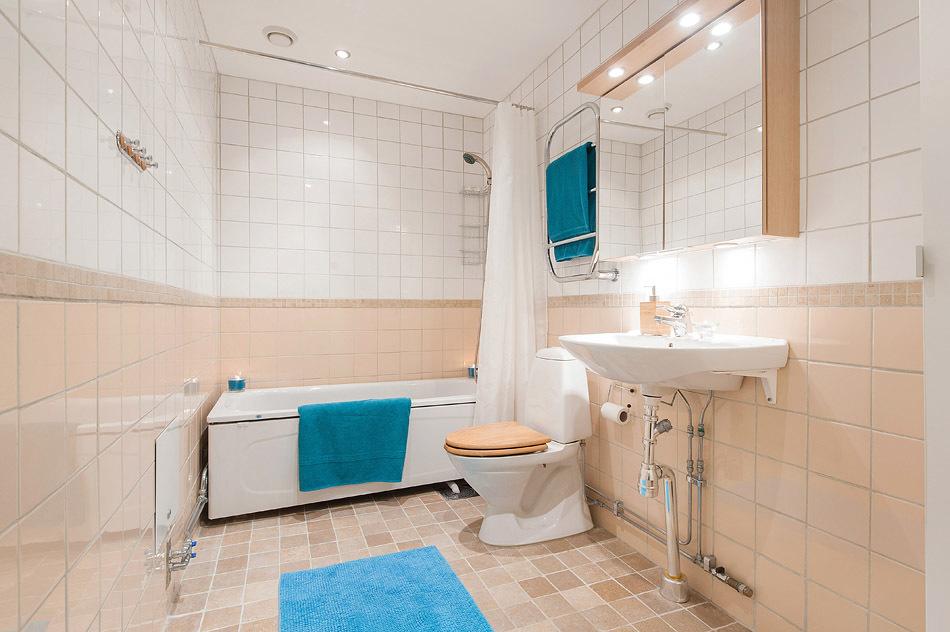 Stort badrum med plats för tvättpelare