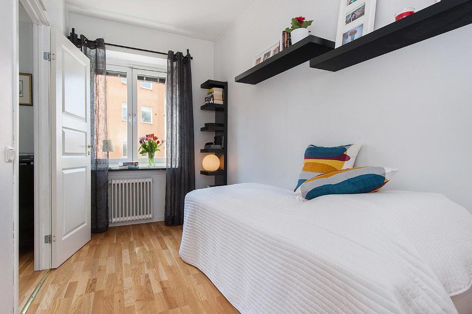 Sovrummet med fönster och spegeldörr