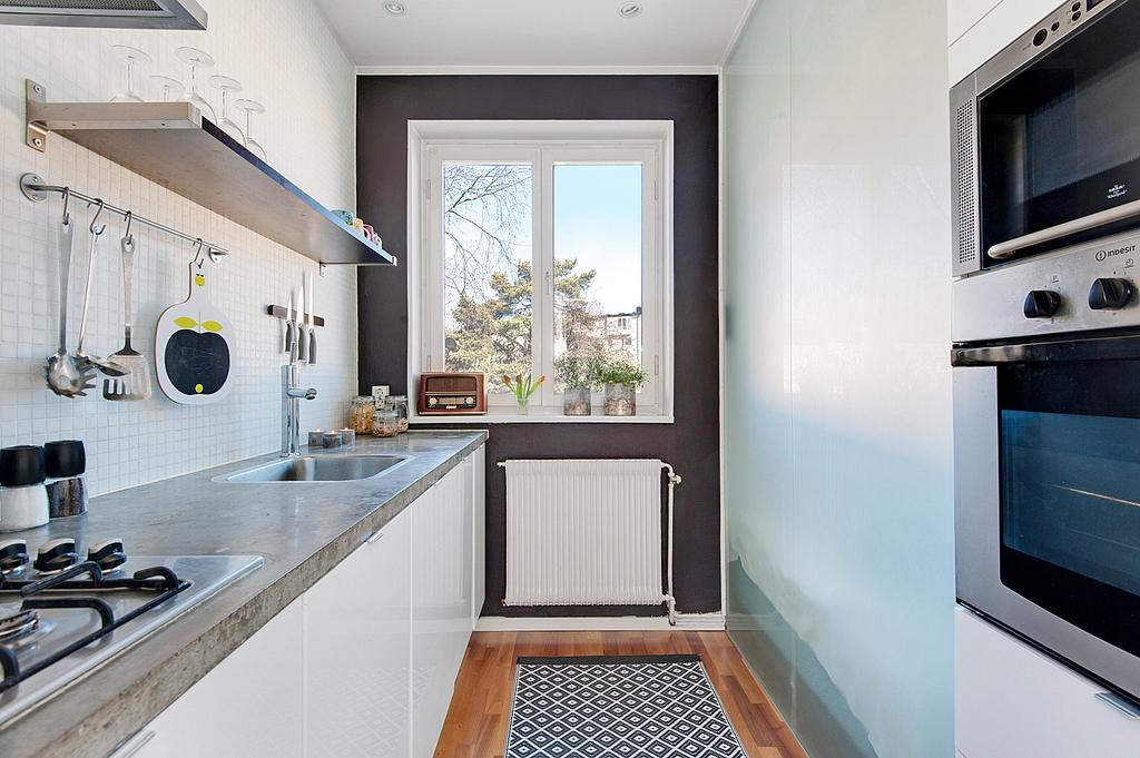 Köket har arbetsbänk i betong och stort fönster