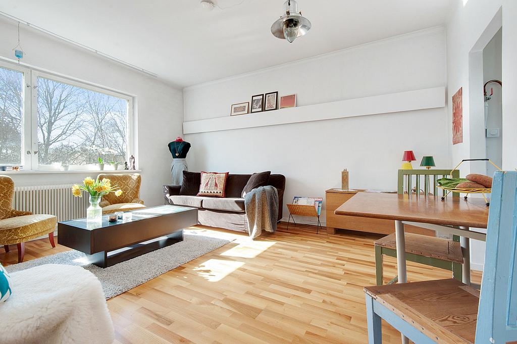 Vardagsrummet har plats för både matbord och soffgrupp