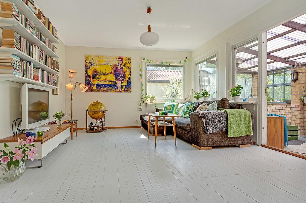 Vardagsrum med stort fönsterparti