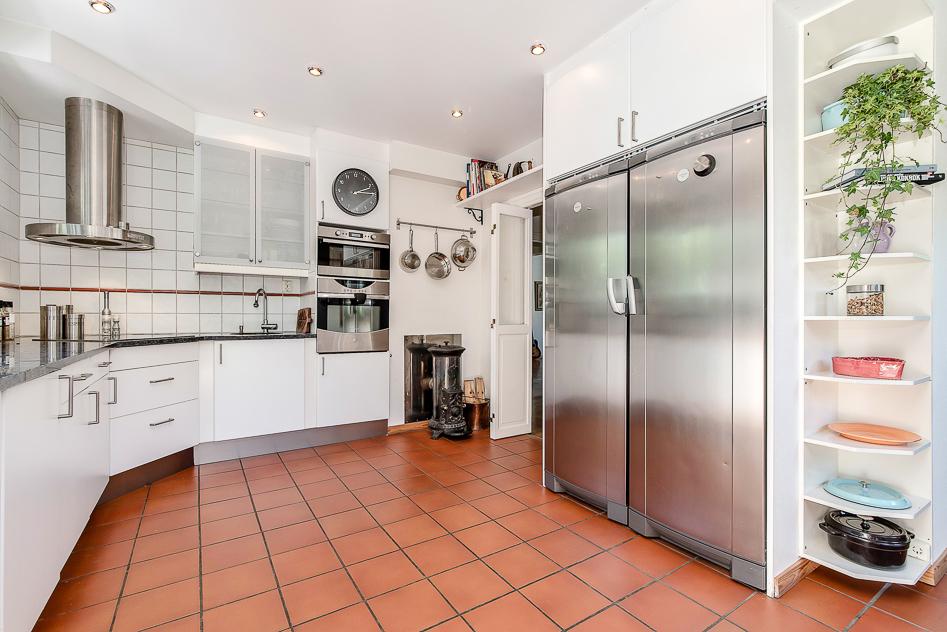 Modernt kök med charmig kamin