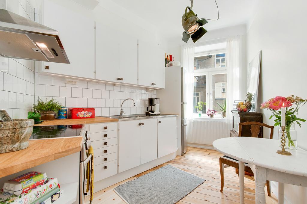 Charmigt kök med fint fönster