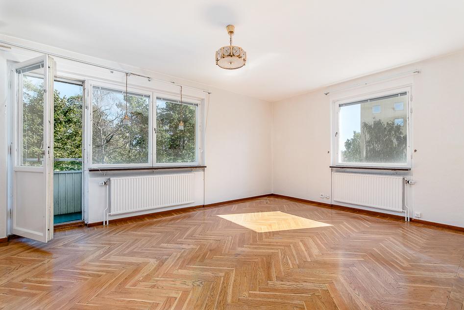 Ljust vardagsrum med ljusinsläpp i två vädersterck