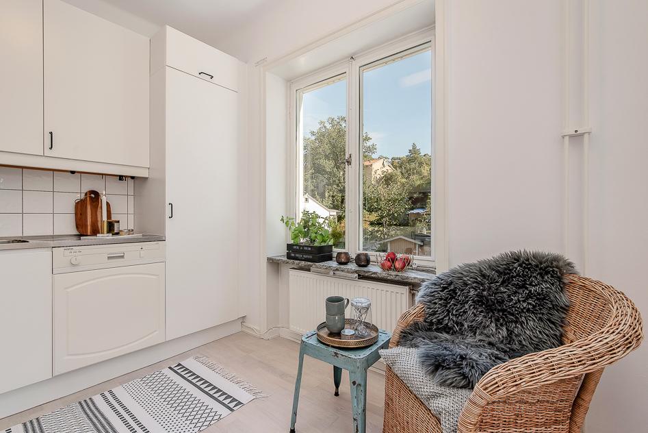 Vackert ljusinsläpp i köket med utsikt över villakvarteren