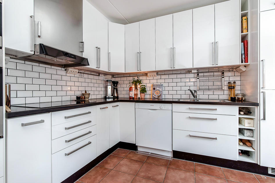 Köket har bra förvaring och praktisk arbetsbänk i vinkel