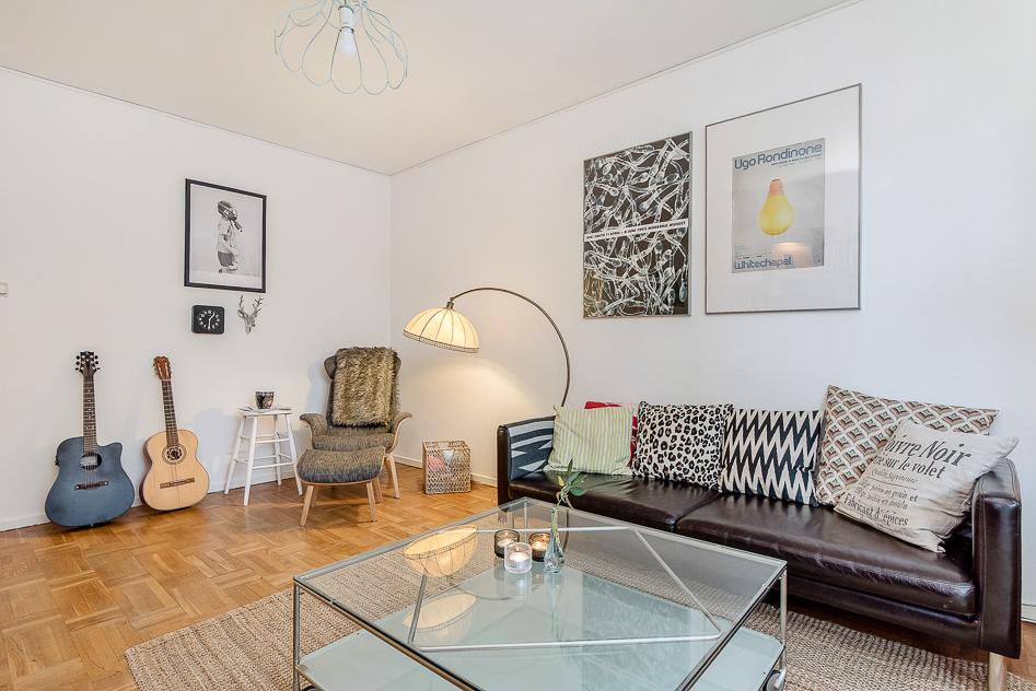 Vardagsrum med plats för både soffgrupp och matbord om man önskar