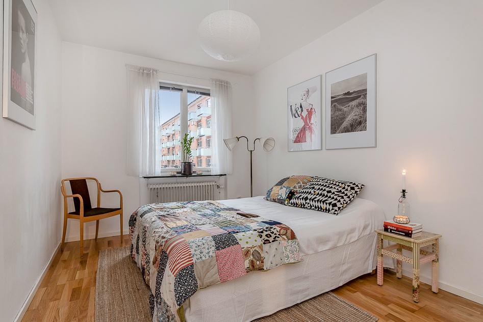 Sovrum 1 med ekparkett och vita väggar