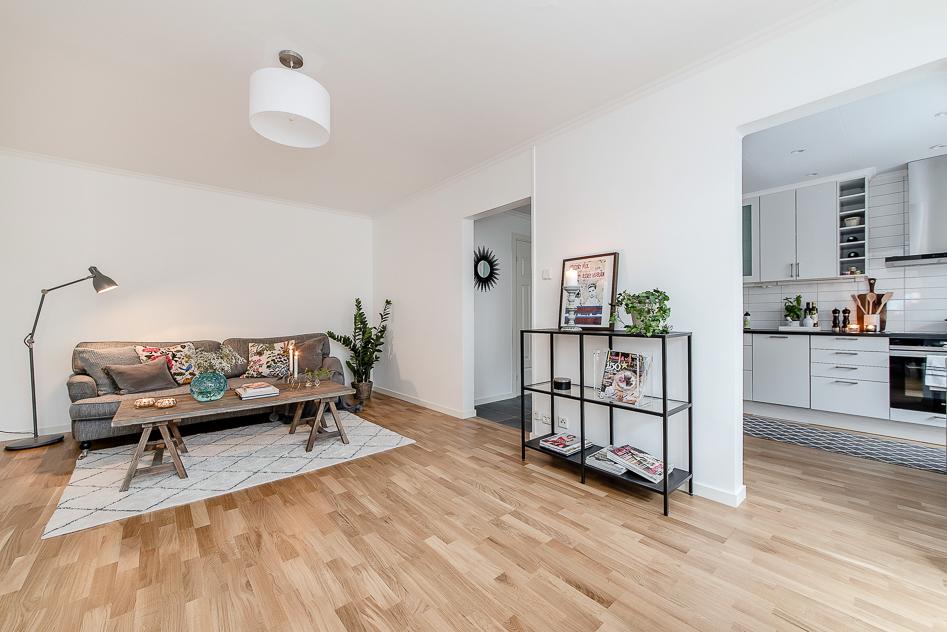 Vardagsrummet med glimt mot kök och hall