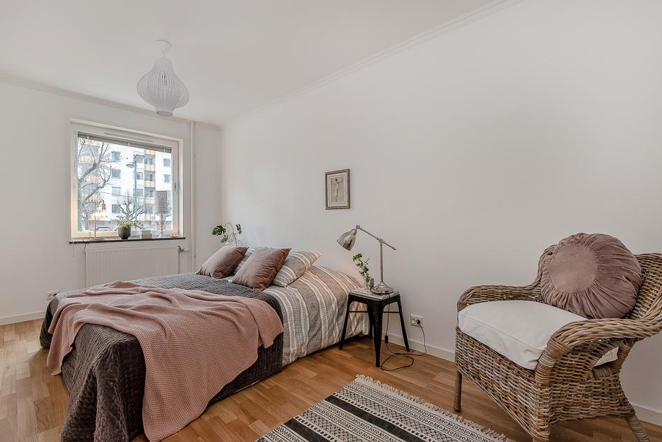 Sovrum med plats för både dubbelsäng och annan möblering