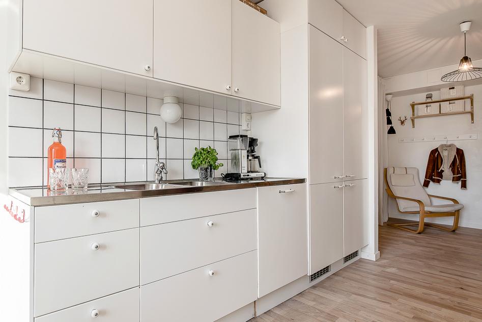 Kök med integrerad diskmaskin och kyl och frys