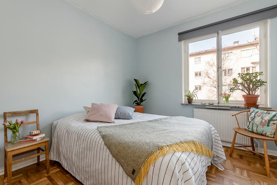 Stort sovrum med vacker ekparkett