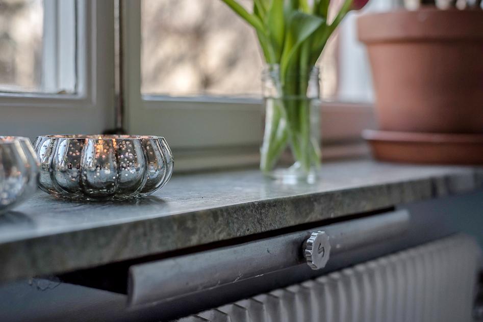 Vackra fönsterbrädor i sten genomgående i lägenheten