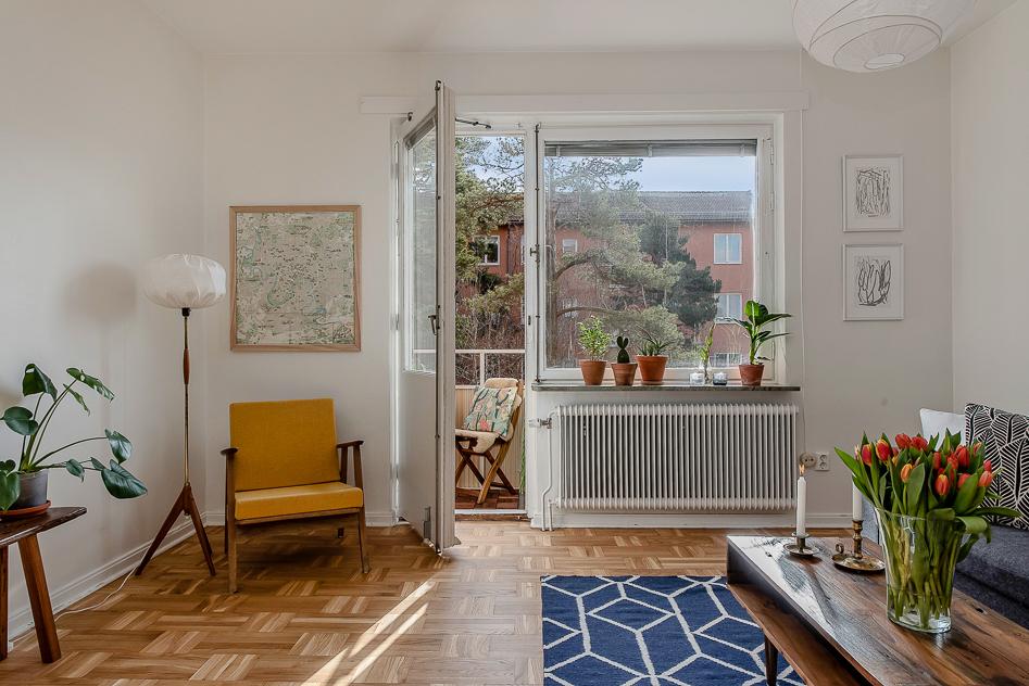 Vardagsrum med fint fönsterparti