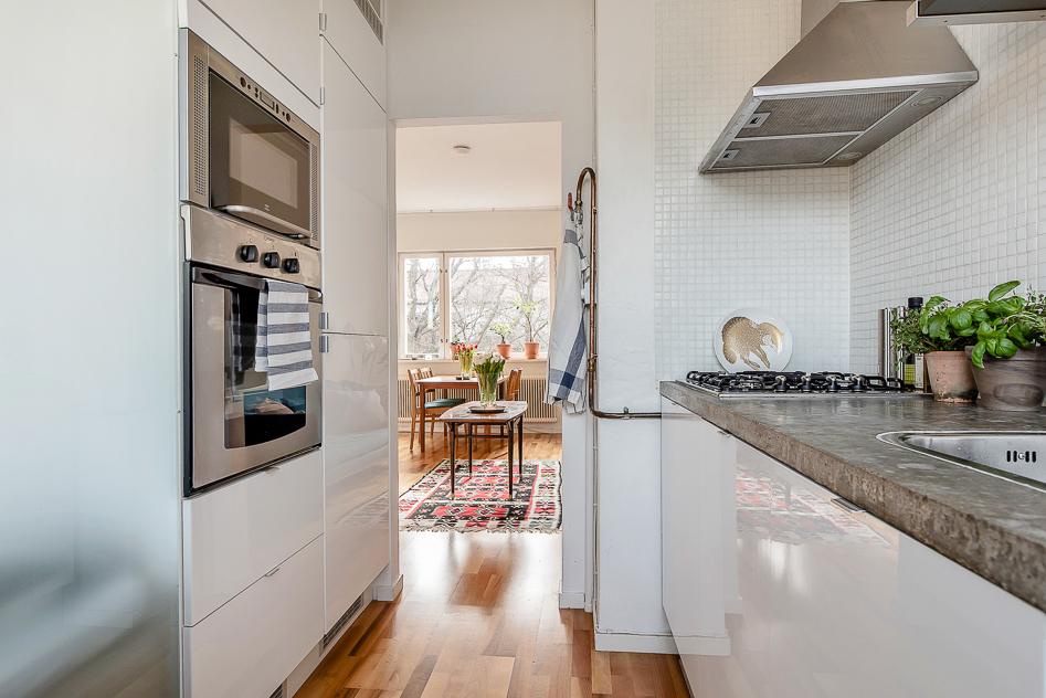 Köket med vy mot vardagsrummet