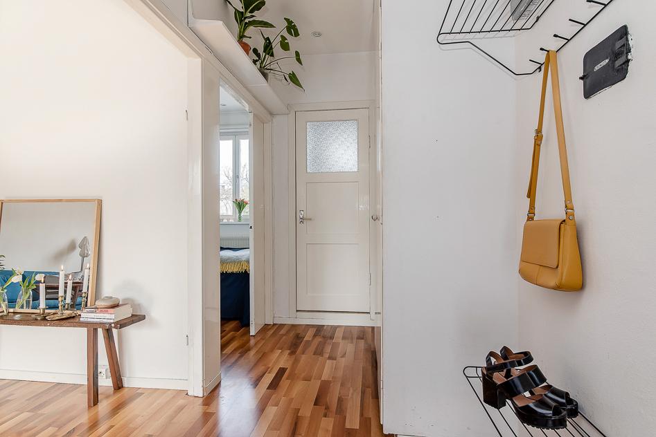 Välkomnande hall med inbyggda garderober