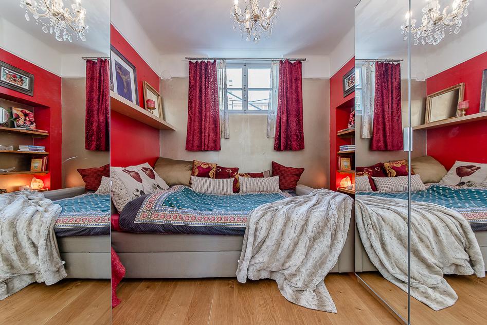 Sovrum med dubbla spegelgarderober