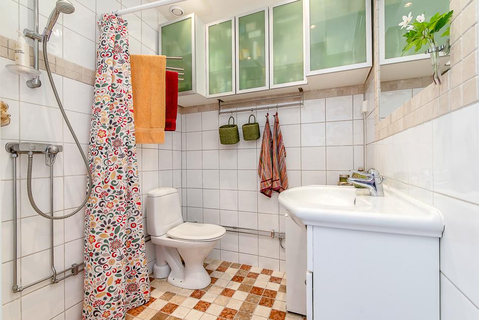 Badrum med duschhörna och bra med förvaring