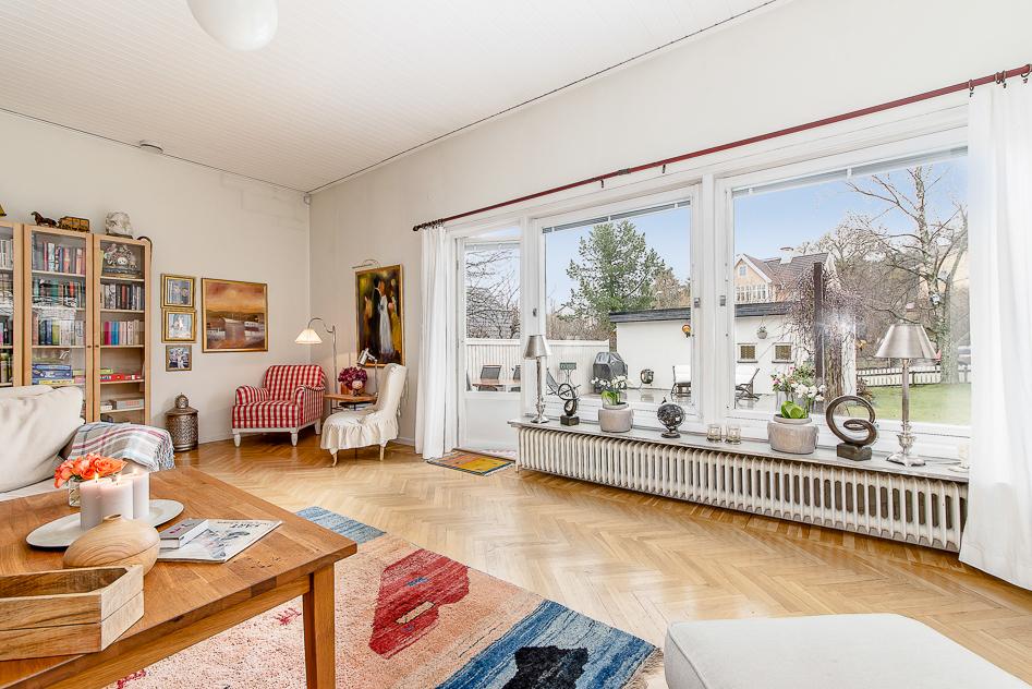 Ljust och stort vardagsrum med utgång till husets terrass