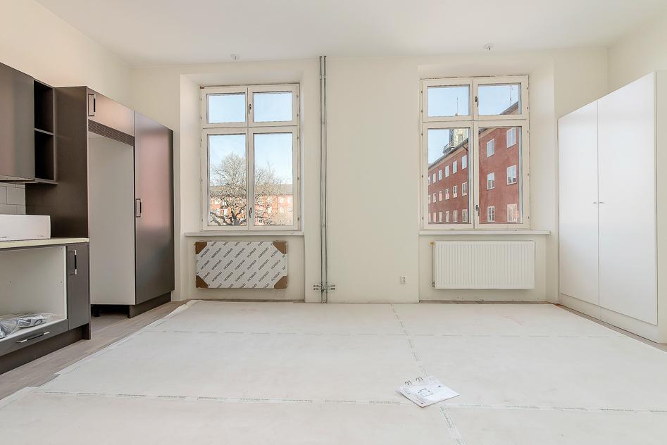 Två stora vackra fönster i rummet