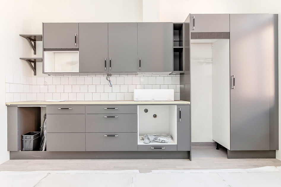 Välplanerat kök med mikrovågsugn, spishäll med ugn, diskmaskin samt kyl/frys